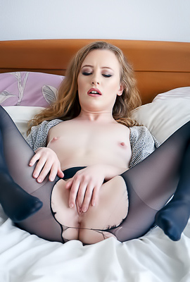 Emma Fantazy Splay Her Pussy Lips And Expose Her Asshole